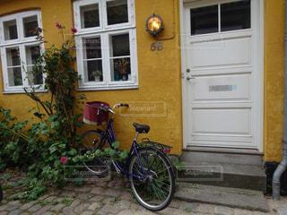 オシャレな家と自転車の写真・画像素材[1064858]
