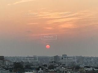 おぼろ雲の中の夕焼け空の写真・画像素材[1053702]