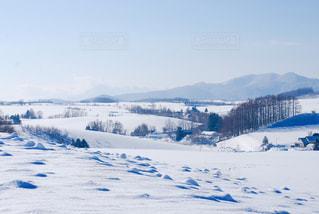 雪に覆われた山の写真・画像素材[1056073]