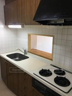 シンク、電子レンジ、コンロ付きのキッチンの写真・画像素材[1054394]