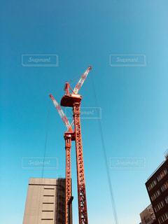 高層ビルの横にあるクレーンの写真・画像素材[1056377]