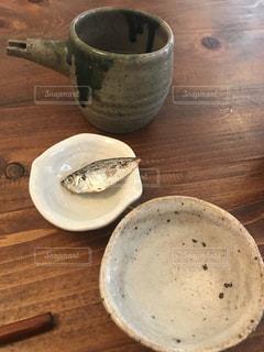 木製テーブルの上の日本酒と備前焼の器の写真・画像素材[1053247]