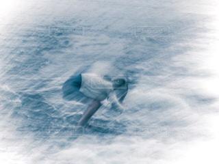 水の写真を撮るカメラ女子の写真・画像素材[1055806]