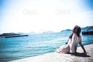 海を眺める女性の写真・画像素材[1055827]