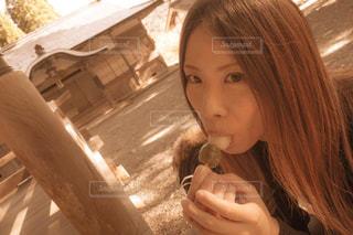 団子を食べる女性の写真・画像素材[1055828]
