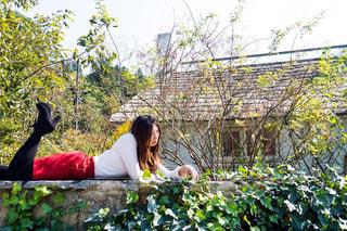 ドゥリムトン村で寝転がっている女性の写真・画像素材[1055830]