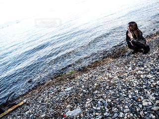 湖を眺める女性の写真・画像素材[1061801]