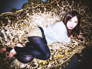 ソファに横たわる女の写真・画像素材[1061804]