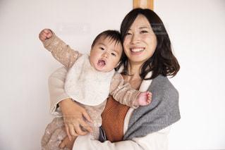 赤ちゃんを抱っこする女性の写真・画像素材[2842111]