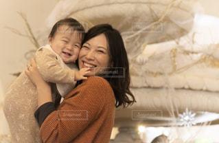 赤ん坊を抱いている女性の写真・画像素材[2886090]
