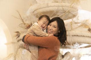 赤ん坊を抱いている女性の写真・画像素材[2886087]
