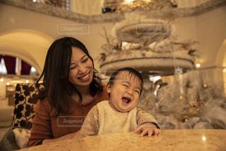 赤ん坊を抱いている女性の写真・画像素材[2886091]