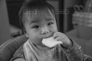 せんべいを食べる赤ちゃんの写真・画像素材[2886093]
