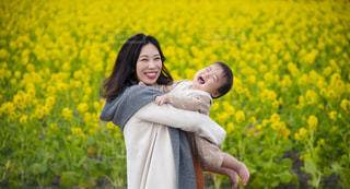 菜の花畑と仲良し親子😻の写真・画像素材[2886127]
