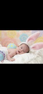 ベッドの上に座っている赤ちゃんの写真・画像素材[1054228]
