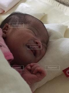 赤ちゃんのベッドの上で横になっています。の写真・画像素材[1054583]