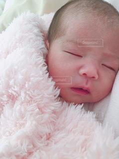 赤ちゃんのベッドの上で横になっています。の写真・画像素材[1054584]