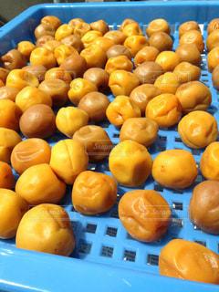 テーブルの上に座ってオレンジの束の写真・画像素材[999988]