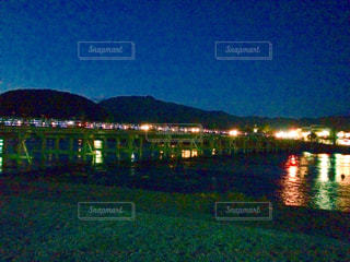 夜の渡月橋の写真・画像素材[1054375]
