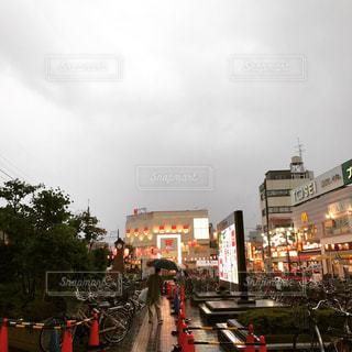 近くに忙しい街の通りのの写真・画像素材[1054524]