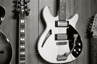 近くにギターのアップの写真・画像素材[1054958]