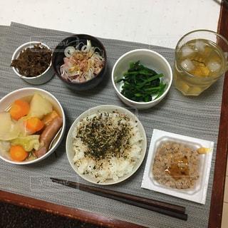 テーブルの上に食べ物の種類で満たされたボウルの写真・画像素材[1059878]