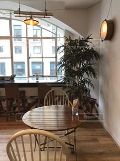 ダイニングルームの窓の前のテーブルの写真・画像素材[1055721]