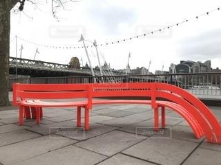 変わった形の赤いベンチの写真・画像素材[1055722]