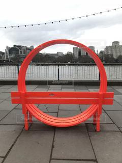 円形の赤いベンチの写真・画像素材[1055725]