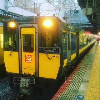 早朝の黄色い電車の写真・画像素材[1055365]