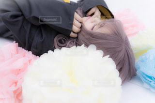 花の中で寝ている少女の写真・画像素材[1058526]