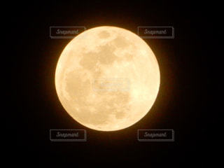 近くの暗闇の中で光をの写真・画像素材[1055847]
