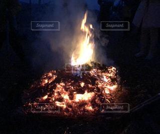 暗い部屋で大火事の写真・画像素材[2263301]