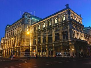 ウィーン国立歌劇場通りにそびえる大きな時計塔の写真・画像素材[1056234]