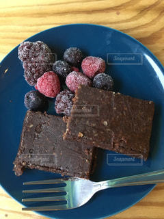 皿にローフードチョコレート ベリーを添えての写真・画像素材[1056404]