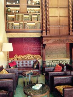 部屋の家具や椅子に座って暖炉でいっぱいの写真・画像素材[1057763]