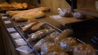 カウンターの上に食べ物の写真・画像素材[1102950]