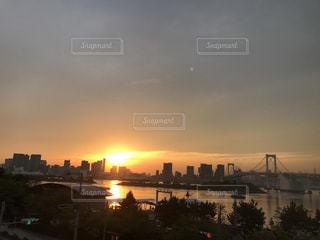 夕暮れ時の都市の景色の写真・画像素材[1058115]