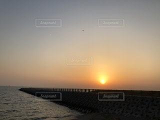 地平線の向こうに太陽があるの写真・画像素材[1056795]