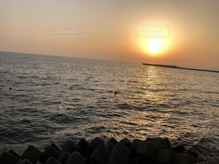 水の体に沈む夕日の写真・画像素材[1056798]