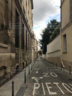狭い街の通りの写真・画像素材[1057544]