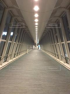 夜のビルの渡り廊下の写真・画像素材[1059806]