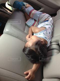 男の子が車で眠っています。の写真・画像素材[1057862]