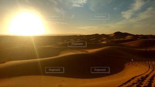 砂漠での日没の写真・画像素材[1058002]