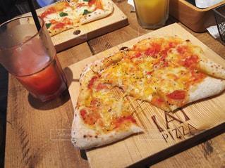 木製のテーブルでピザのスライス - No.1062272