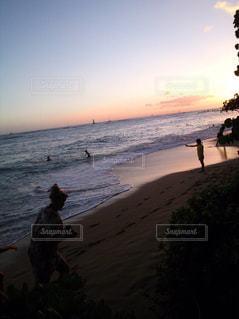 浜辺を歩いている人々 のカップルの写真・画像素材[1062274]