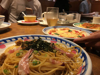 テーブルの上に食べ物のプレート - No.1058445