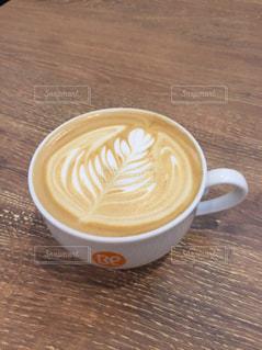 木製テーブルの上のコーヒー カップの写真・画像素材[1058466]