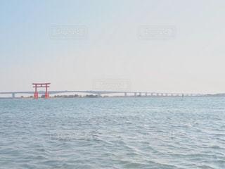海に浮かぶ鳥居の写真・画像素材[1058988]