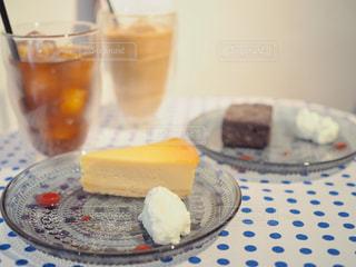 テーブルの上に食べ物のプレートの写真・画像素材[1509993]